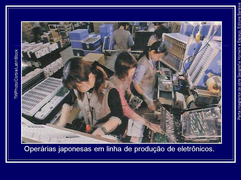 Operárias japonesas em linha de produção de eletrônicos.