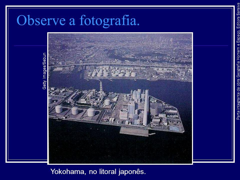 Observe a fotografia. Yokohama, no litoral japonês.
