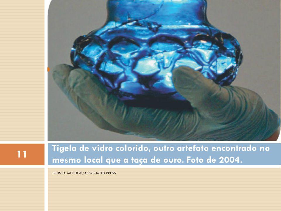 Tigela de vidro colorido, outro artefato encontrado no mesmo local que a taça de ouro. Foto de 2004.