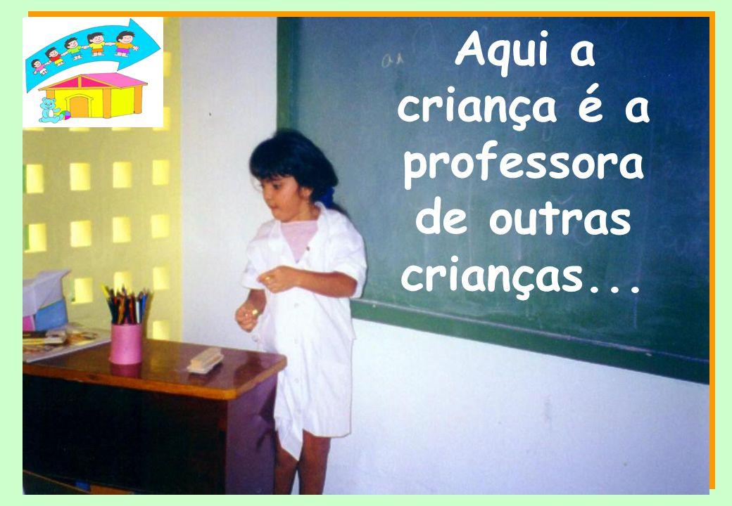 Aqui a criança é a professora de outras crianças...