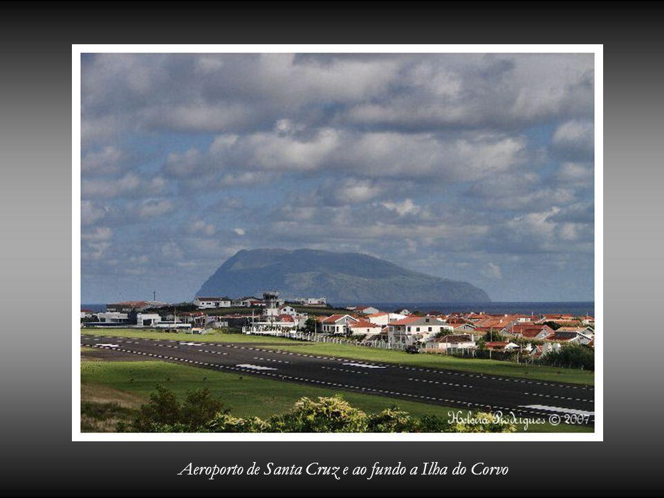 Aeroporto de Santa Cruz e ao fundo a Ilha do Corvo