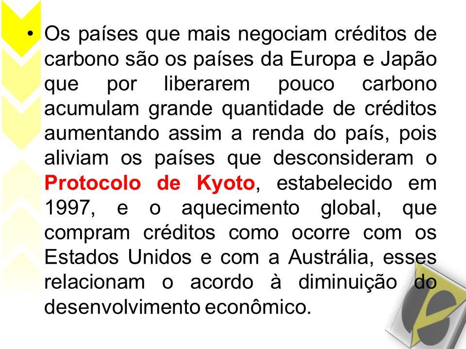 Os países que mais negociam créditos de carbono são os países da Europa e Japão que por liberarem pouco carbono acumulam grande quantidade de créditos aumentando assim a renda do país, pois aliviam os países que desconsideram o Protocolo de Kyoto, estabelecido em 1997, e o aquecimento global, que compram créditos como ocorre com os Estados Unidos e com a Austrália, esses relacionam o acordo à diminuição do desenvolvimento econômico.