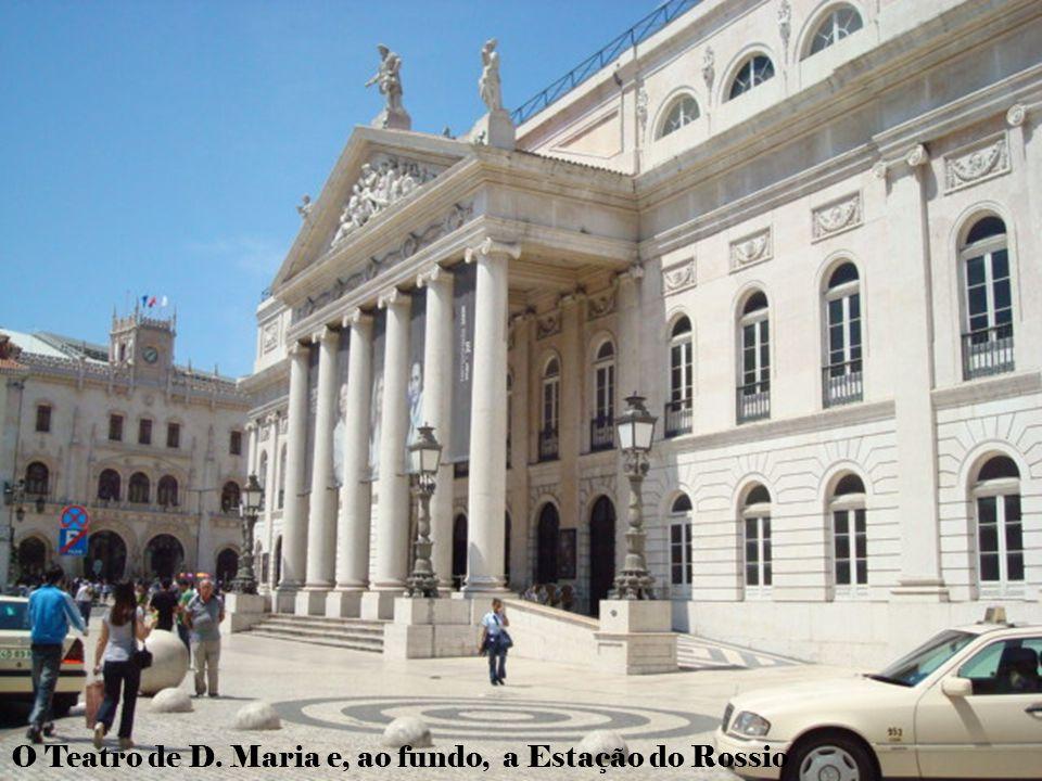 O Teatro de D. Maria e, ao fundo, a Estação do Rossio