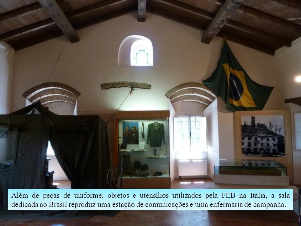 Além de peças de uniforme, objetos e utensílios utilizados pela FEB na Itália, a sala dedicada ao Brasil reproduz uma estação de comunicações e uma enfermaria de campanha.