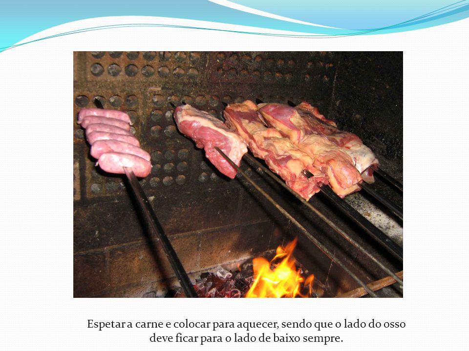 Espetar a carne e colocar para aquecer, sendo que o lado do osso