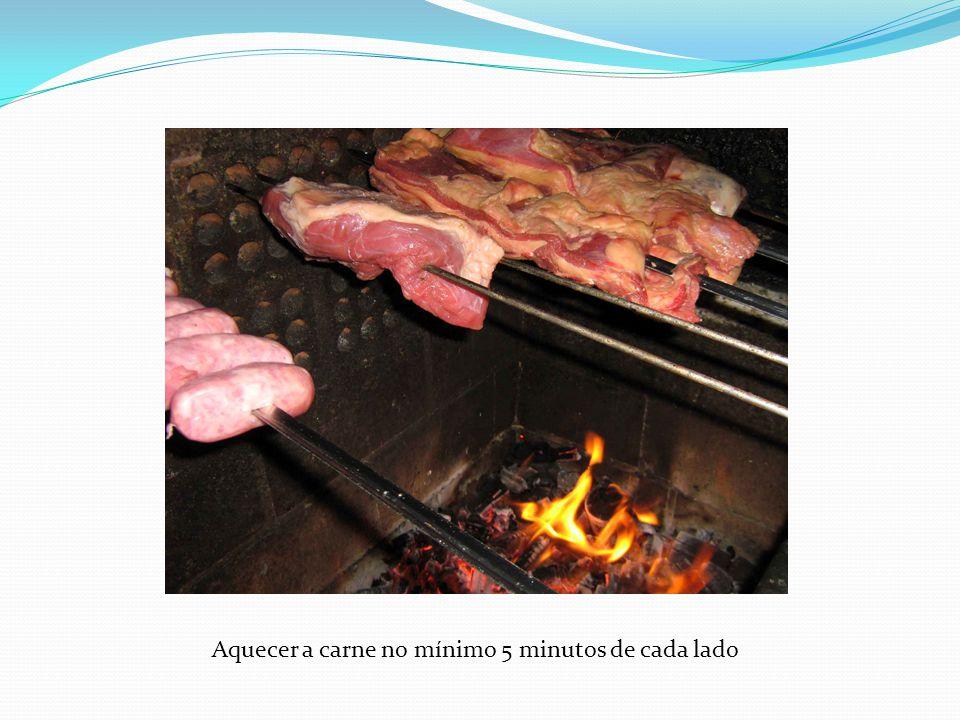 Aquecer a carne no mínimo 5 minutos de cada lado