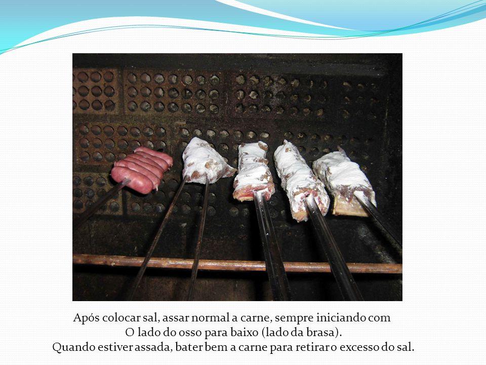 Após colocar sal, assar normal a carne, sempre iniciando com