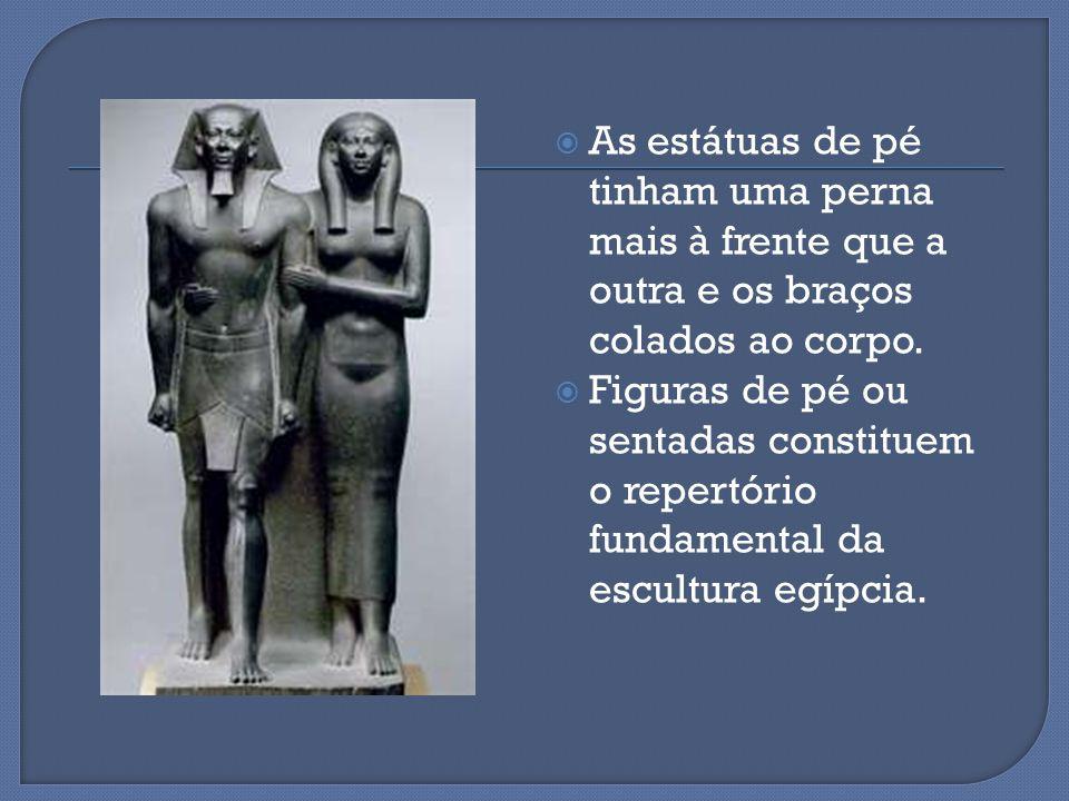 As estátuas de pé tinham uma perna mais à frente que a outra e os braços colados ao corpo.