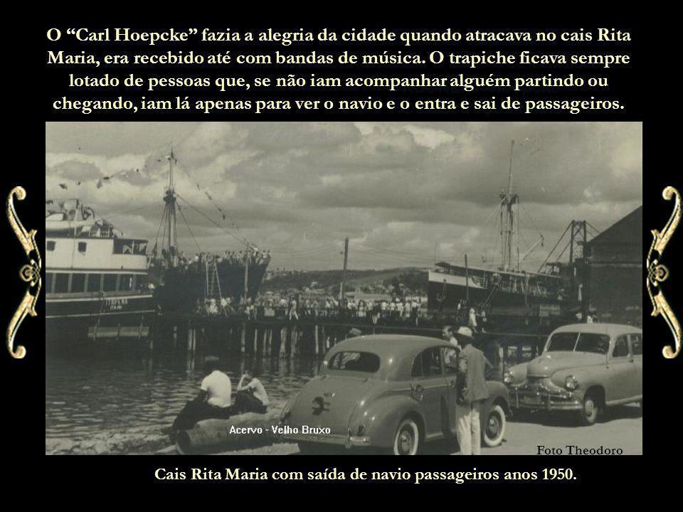 O Carl Hoepcke fazia a alegria da cidade quando atracava no cais Rita Maria, era recebido até com bandas de música. O trapiche ficava sempre lotado de pessoas que, se não iam acompanhar alguém partindo ou chegando, iam lá apenas para ver o navio e o entra e sai de passageiros.