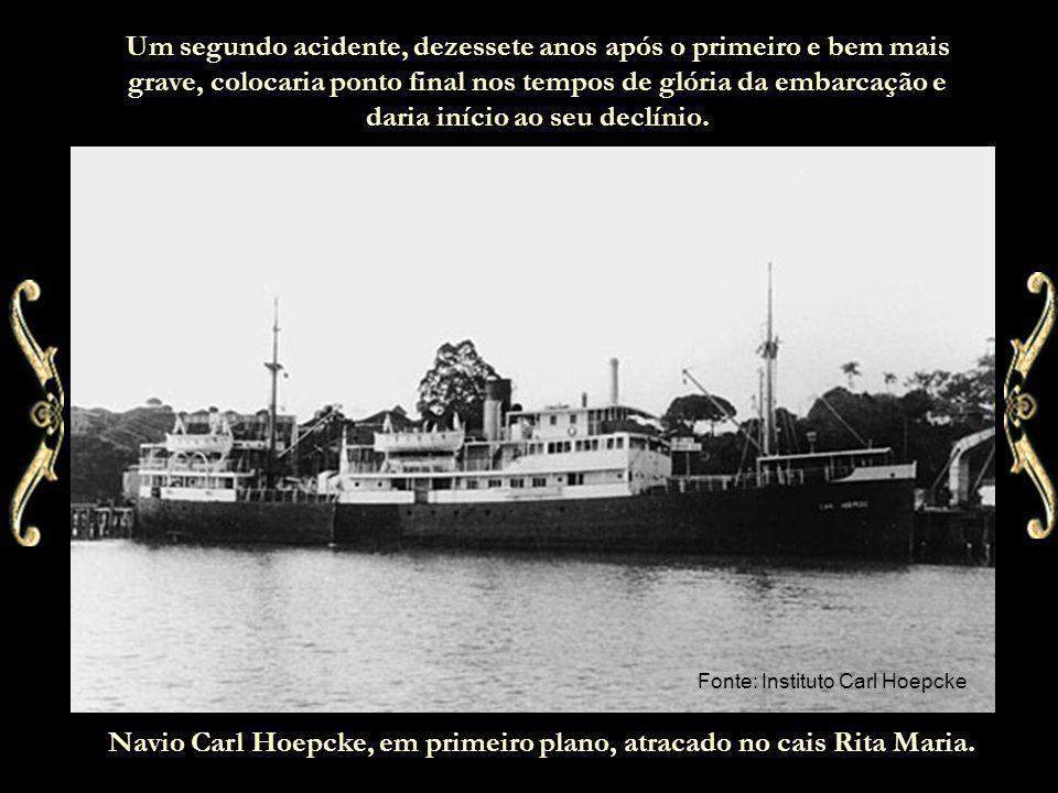 Navio Carl Hoepcke, em primeiro plano, atracado no cais Rita Maria.