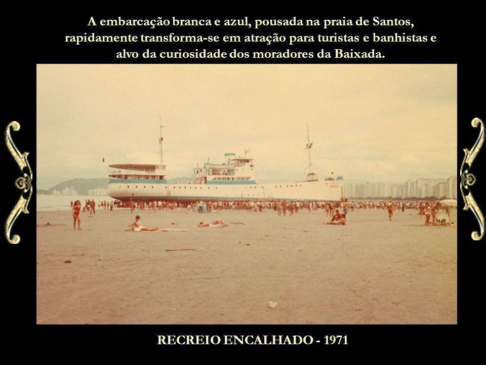 A embarcação branca e azul, pousada na praia de Santos, rapidamente transforma-se em atração para turistas e banhistas e alvo da curiosidade dos moradores da Baixada.
