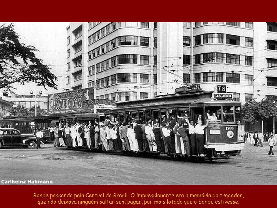 Bonde passando pela Central do Brasil
