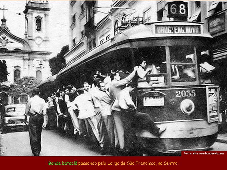 Bonde bataclã passando pelo Largo de São Francisco, no Centro.