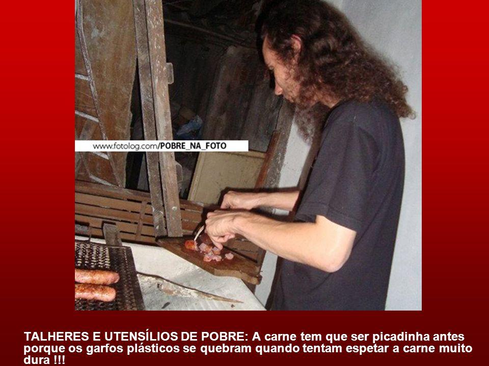 TALHERES E UTENSÍLIOS DE POBRE: A carne tem que ser picadinha antes porque os garfos plásticos se quebram quando tentam espetar a carne muito dura !!!