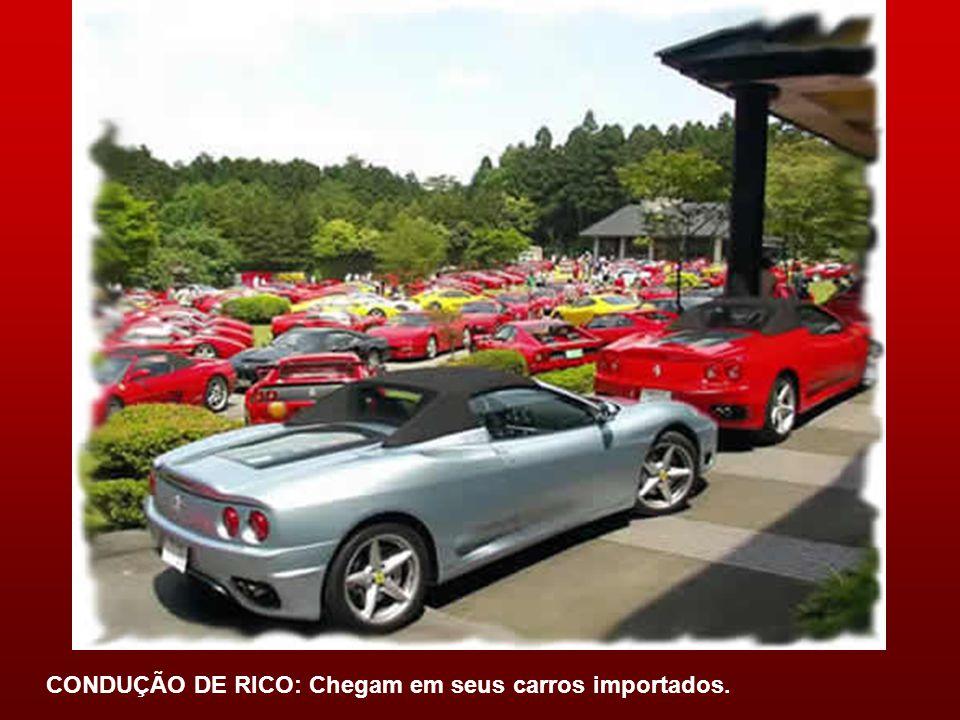 CONDUÇÃO DE RICO: Chegam em seus carros importados.