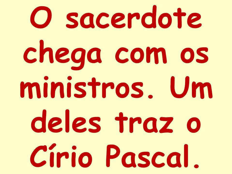 O sacerdote chega com os ministros. Um deles traz o Círio Pascal.