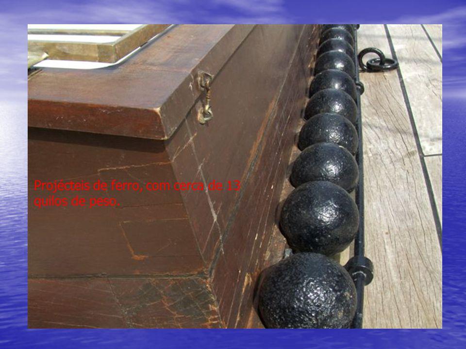 Projécteis de ferro, com cerca de 13 quilos de peso.