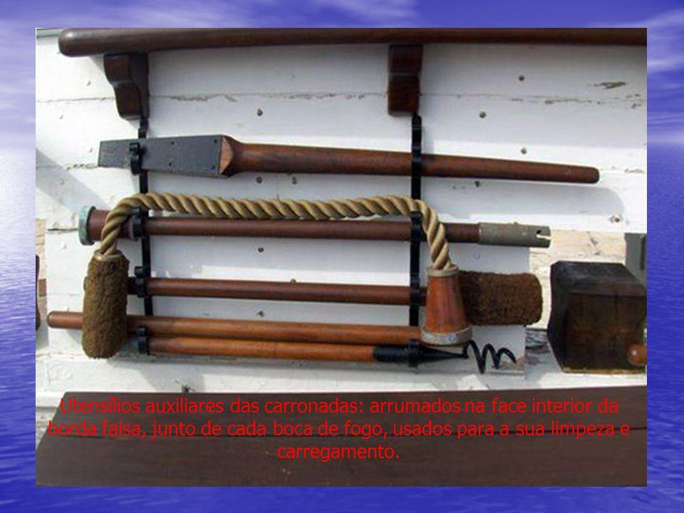 Utensílios auxiliares das carronadas: arrumados na face interior da borda falsa, junto de cada boca de fogo, usados para a sua limpeza e carregamento.