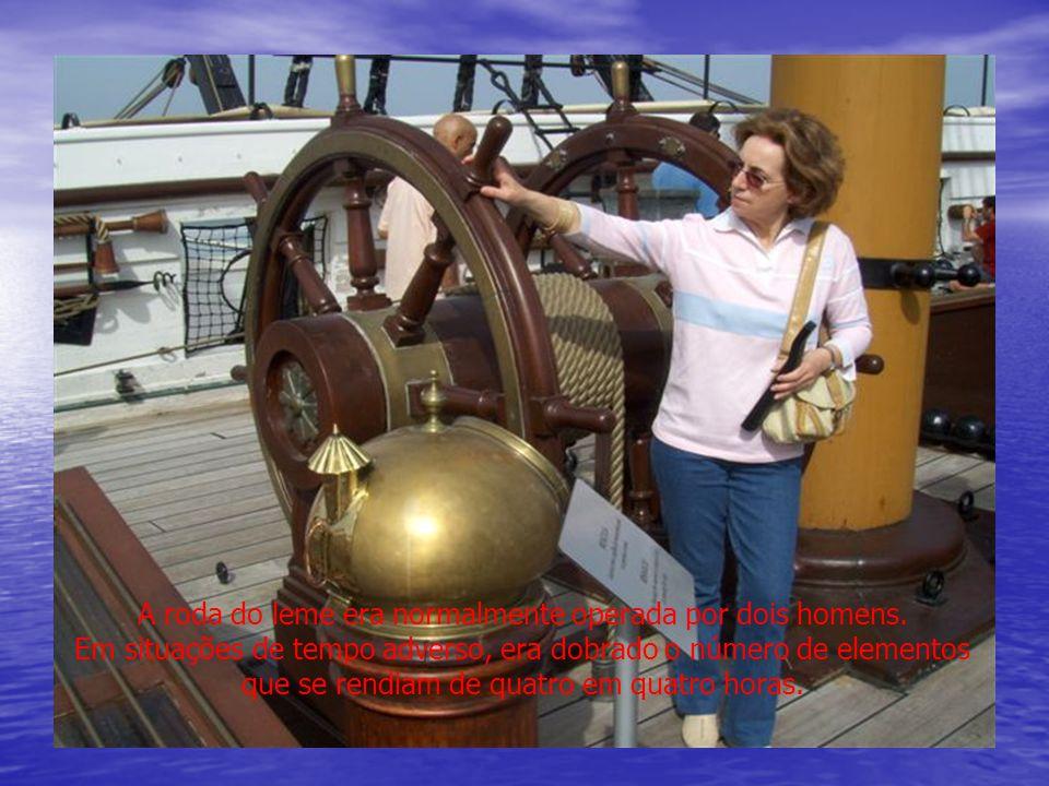 A roda do leme era normalmente operada por dois homens.