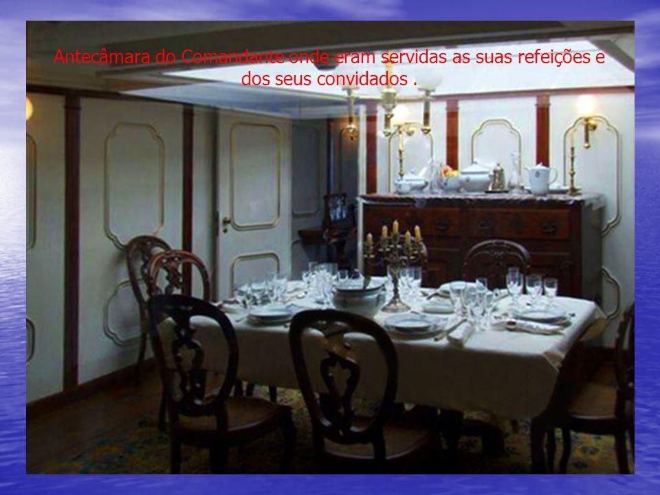 Antecâmara do Comandante onde eram servidas as suas refeições e dos seus convidados .