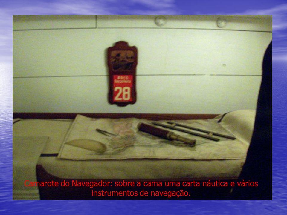 Camarote do Navegador: sobre a cama uma carta náutica e vários instrumentos de navegação.
