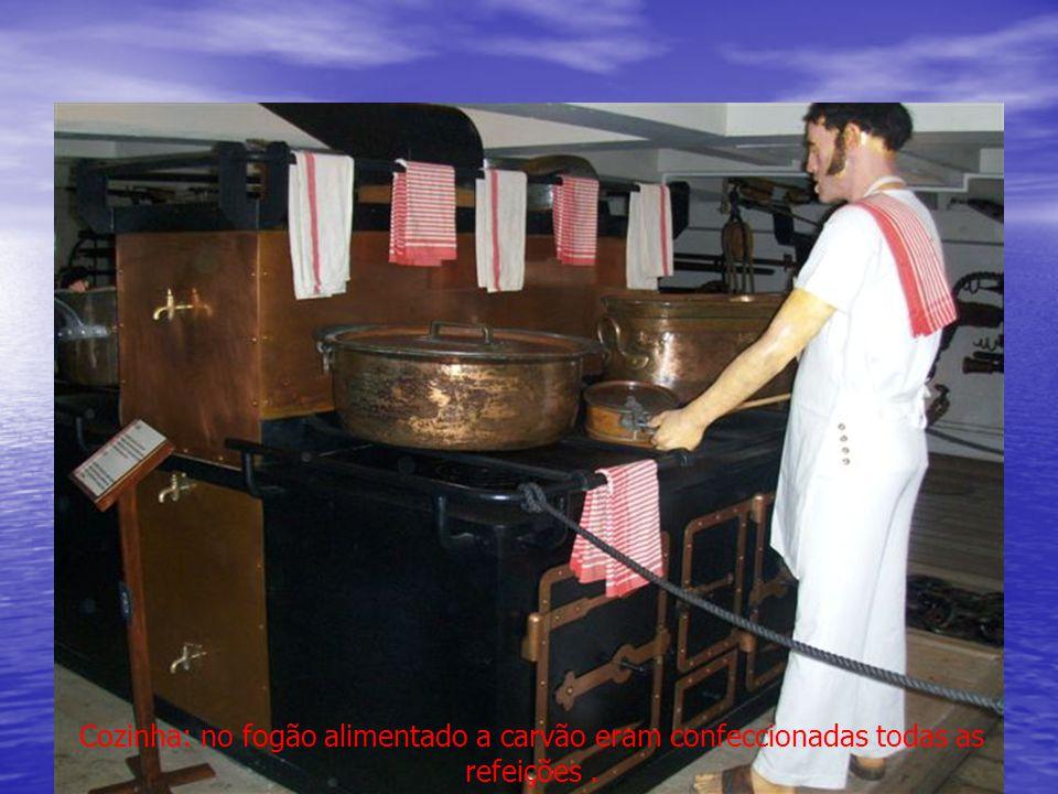 Cozinha: no fogão alimentado a carvão eram confeccionadas todas as refeições .