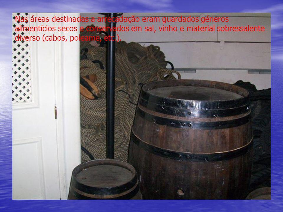 Nas áreas destinadas a arrecadação eram guardados géneros alimentícios secos e conservados em sal, vinho e material sobressalente diverso (cabos, poleame, etc.).