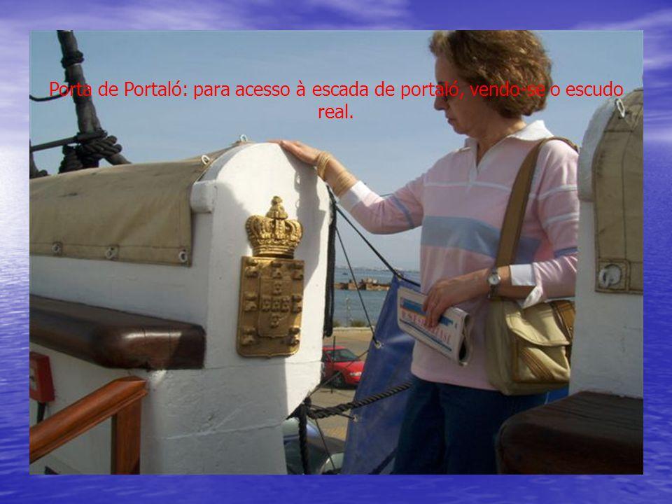 Porta de Portaló: para acesso à escada de portaló, vendo-se o escudo real.