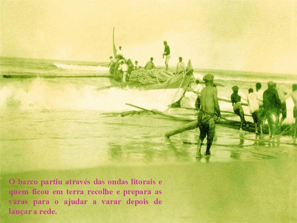 O barco partiu através das ondas litorais e quem ficou em terra recolhe e prepara as varas para o ajudar a varar depois de lançar a rede.