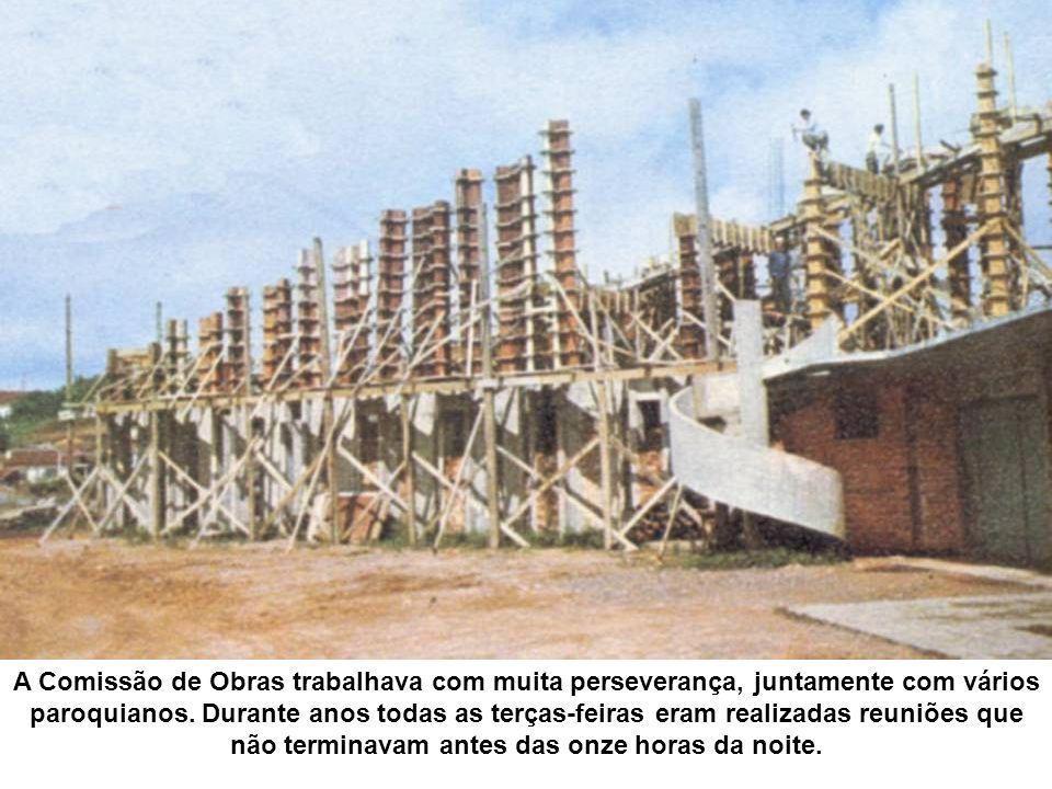 A Comissão de Obras trabalhava com muita perseverança, juntamente com vários paroquianos.