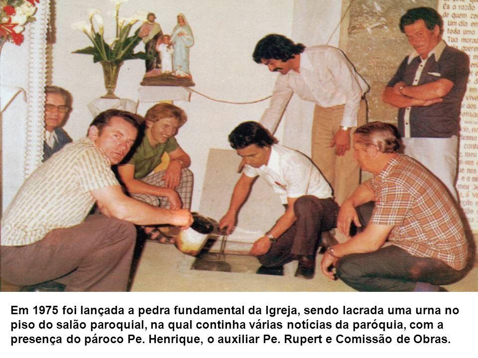 Em 1975 foi lançada a pedra fundamental da Igreja, sendo lacrada uma urna no