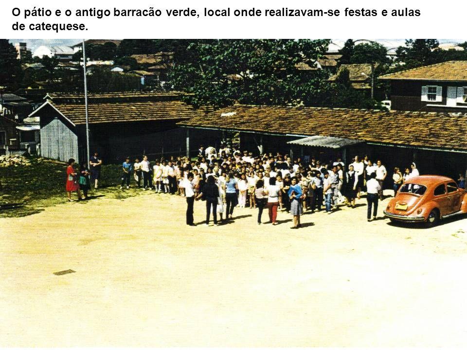 O pátio e o antigo barracão verde, local onde realizavam-se festas e aulas