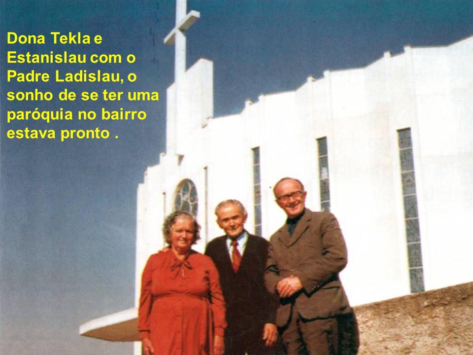 Dona Tekla e Estanislau com o Padre Ladislau, o sonho de se ter uma paróquia no bairro estava pronto .