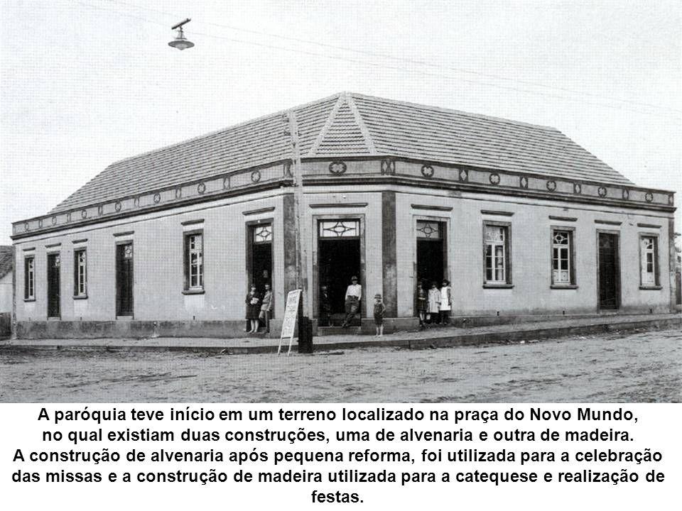 A paróquia teve início em um terreno localizado na praça do Novo Mundo,