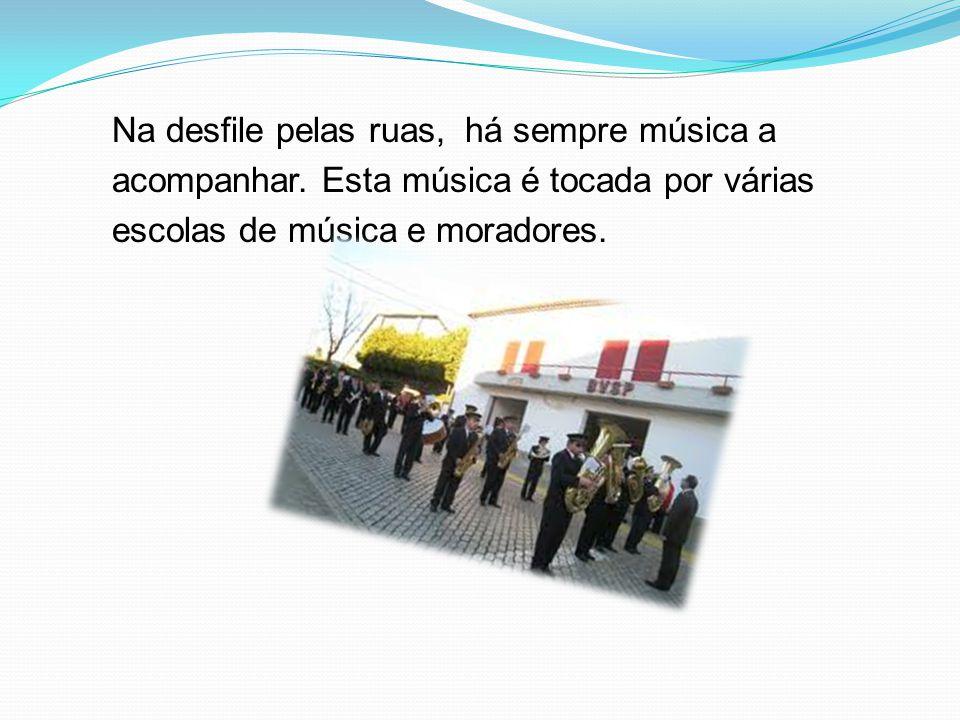 Na desfile pelas ruas, há sempre música a acompanhar