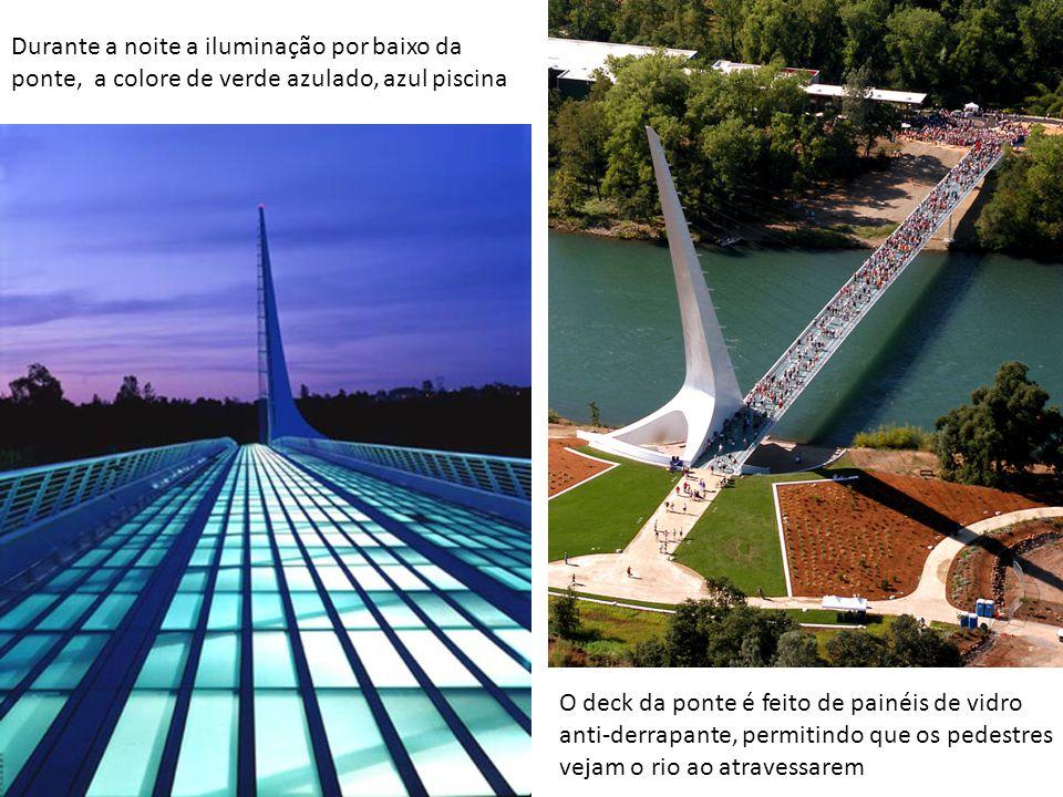 Durante a noite a iluminação por baixo da ponte, a colore de verde azulado, azul piscina