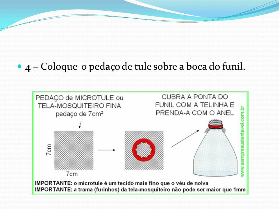 4 – Coloque o pedaço de tule sobre a boca do funil.