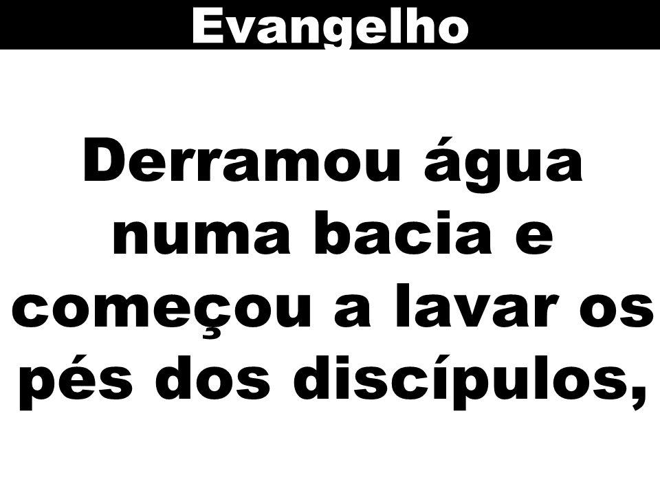 Derramou água numa bacia e começou a lavar os pés dos discípulos,