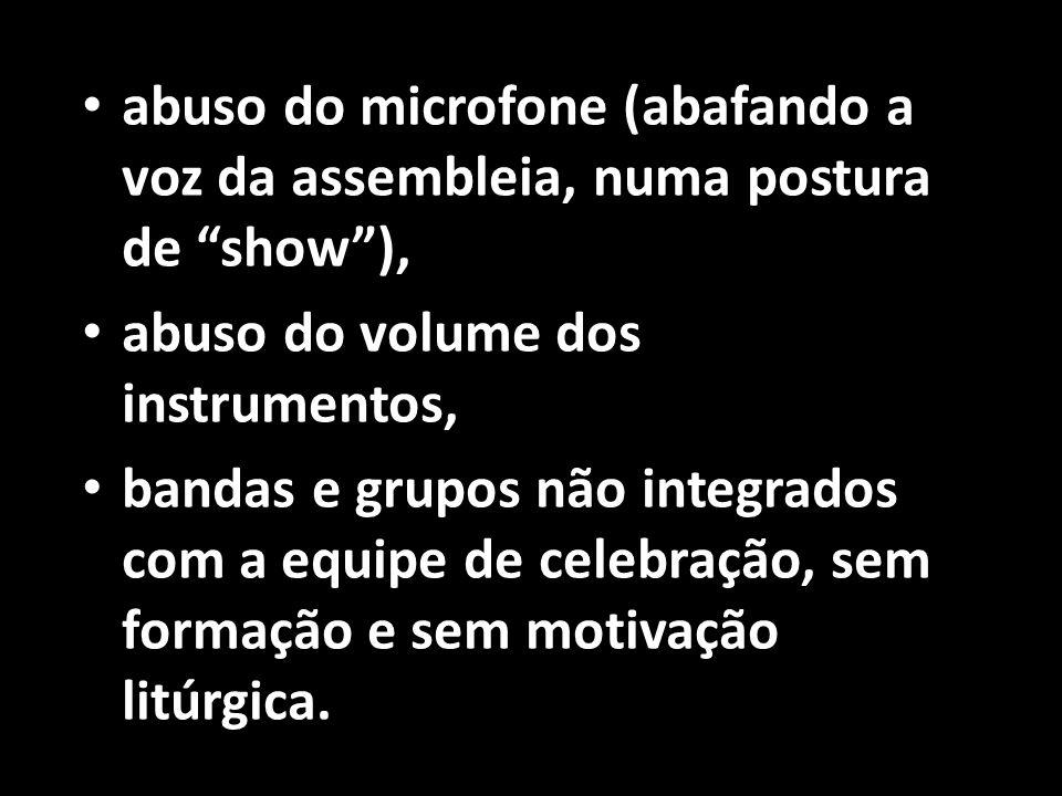 abuso do microfone (abafando a voz da assembleia, numa postura de show ),