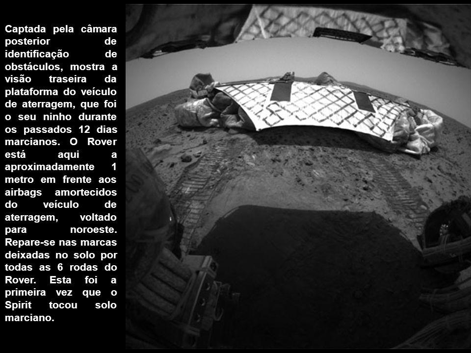 Captada pela câmara posterior de identificação de obstáculos, mostra a visão traseira da plataforma do veículo de aterragem, que foi o seu ninho durante os passados 12 dias marcianos.