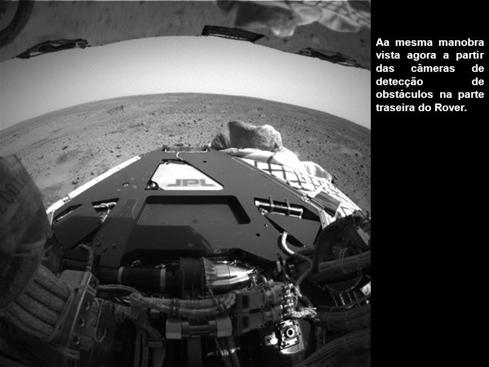 Aa mesma manobra vista agora a partir das câmeras de detecção de obstáculos na parte traseira do Rover.