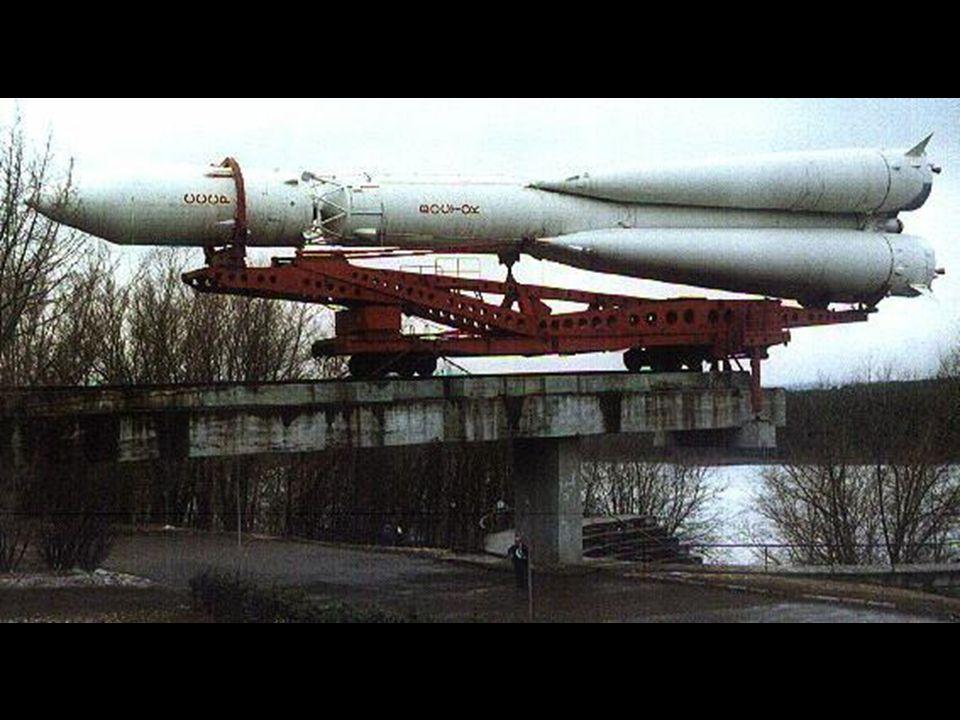 O R-7 sendo deslocado para a plataforma de lançamento.