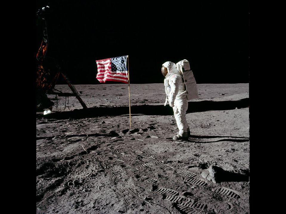 http://www.apolloarchive.com/apollo/gallery/AS11-40-5875_t.jpg O Astronauta Aldrin a frente da Bandeira Americana.