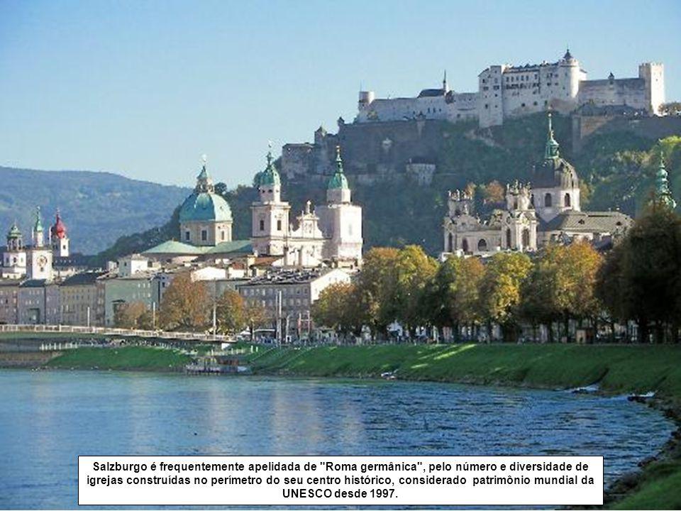Salzburgo é frequentemente apelidada de Roma germânica , pelo número e diversidade de igrejas construídas no perímetro do seu centro histórico, considerado patrimônio mundial da UNESCO desde 1997.