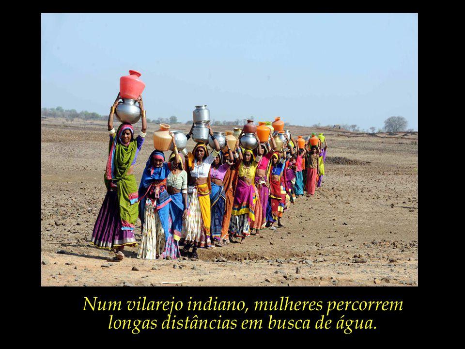 Num vilarejo indiano, mulheres percorrem