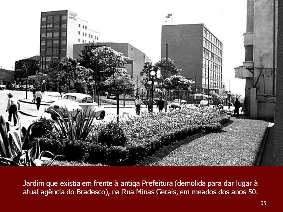 Jardim que existia em frente à antiga Prefeitura (demolida para dar lugar à atual agência do Bradesco), na Rua Minas Gerais, em meados dos anos 50.