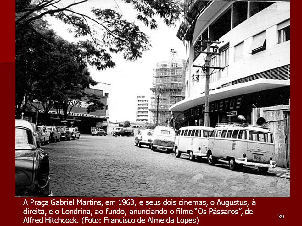 A Praça Gabriel Martins, em 1963, e seus dois cinemas, o Augustus, à direita, e o Londrina, ao fundo, anunciando o filme Os Pássaros , de Alfred Hitchcock.