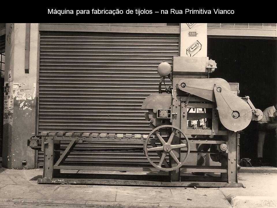 Máquina para fabricação de tijolos – na Rua Primitiva Vianco