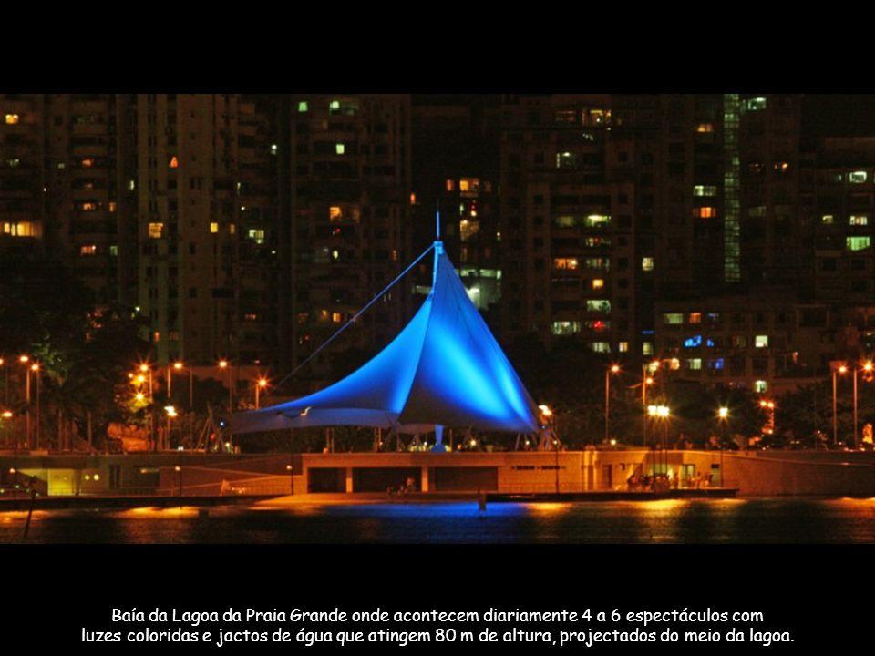 Baía da Lagoa da Praia Grande onde acontecem diariamente 4 a 6 espectáculos com