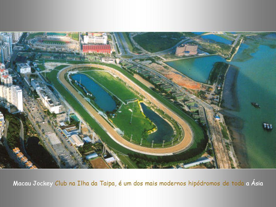 Macau Jockey Club na Ilha da Taipa, é um dos mais modernos hipódromos de toda a Ásia